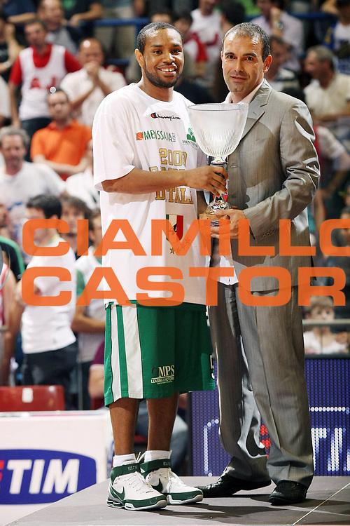 DESCRIZIONE : Milano Lega A 2008-09 Playoff Finale Gara 4 Armani Jeans Milano Montepaschi Siena<br /> GIOCATORE : Terrell Mc Intyre Claudio Limardi<br /> SQUADRA : Montepaschi Siena<br /> EVENTO : Campionato Lega A 2008-2009 <br /> GARA : Armani Jeans Milano Montepaschi Siena<br /> DATA : 16/06/2009<br /> CATEGORIA : Premiazione Ritratto<br /> SPORT : Pallacanestro <br /> AUTORE : Agenzia Ciamillo-Castoria/G.Cottini