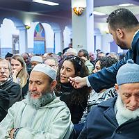 Nederland, Amsterdam, 5 maart 2017.<br /> Op zondag 5 maart om 14.00 uur organiseren het Comit&eacute; 21 maart en het Collectief Tegen Islamofobie en Discriminatie een solidariteitsbijeenkomst in de Grote Moskee van Amsterdam aan de Weesperzijde 76. Iedereen is uitgenodigd om zijn solidariteit met moslims te tonen. In het huidige politieke klimaat is de rechtsstaat onder druk komen te staan en biedt zij volgens meerdere partijen niet aan alle burgers gelijke bescherming. Daarom zullen we samen een geluid laten horen tegen de haatzaaiende verhalen en met zoveel mogelijk verschillende mensen solidariteit tonen met moslims. Dit is hard nodig omdat zij vaak niet alleen doelwit voor extreem-rechts zijn, maar ook voor religieus extremisme. <br /> De islam en moslims worden vandaag de dag over het hele politieke spectrum geproblematiseerd en dat zorgt voor een gevoel van angst en onveiligheid. Op deze dag komen organisaties die zich inzetten voor de rechten van vrouwen en homo's, tegen anti-zwart racisme en islamofobie, vakbonden en migrantenorganisaties samen om deze angst te vervangen door binding en inclusiviteit. Naast het tonen van solidariteit willen de organisaties iedereen oproepen om naar de stembus te gaan en actief deel te nemen aan het publieke debat. <br /> Gespreksleider is: Yassin El Forkani (Jongerenimam)<br />  <br /> <br /> <br /> Foto: Jean-Pierre Jans
