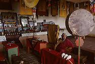 Mongolia. Pontsogtchoidlin, monastery  in a house in Ikh Tamir   /Le moinillon de service. Monastere maison Temple de Pontsogtchoidlin Kree, Mongolie, sum de IK TAMIR.  Chaque matin, un jeune apprenti-moine veille à ce que tout  soit en ordre pour le premier office du matin : coupelles impeccablement alignées, clochettes à main dril-bu (tib.) ou könk (mong.) rutilantes et conques dung buree (d'origine tibétaine, via l'Inde) d'un blanc irréprochable, au-dessus desquelles est disposé un énorme tambour rituel kengereg à deux faces. (dans l'aymag de ARQANGAY /G50/121    L920726a  /  P0002580