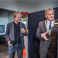 Nederland, amsterdam, 4 oktober 2016.<br /> Afscheidsreceptie directeur Stadgenoot Gerard Anderiesen.<br /> Bestuurder Gerard Anderiesen (62) treedt per 1 oktober 2016 af als bestuurder bij woningcorporatie Stadgenoot in Amsterdam. Hij blijft tot 1 januari 2017 in dienst om zijn taken over te dragen. Stadgenoot gaat verder onder eenhoofdige leiding. Zijn taken worden verdeeld over de huidige bestuursvoorzitter Marien de Langen en de vier directeuren.<br /> <br /> Op de foto: Burgermeester van Amsterddam Eberhard van der Laan overhandigt Gerard Anderiesen de Frans Banninck Cocq Penning.<br /> <br /> Foto: Jean-Pierre Jans