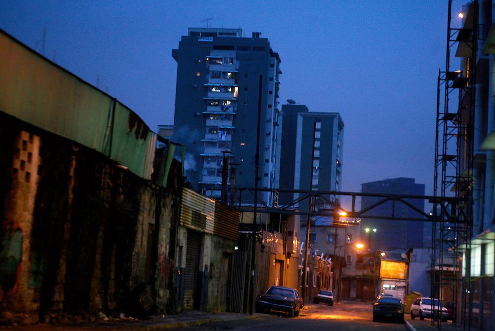Vista nocturna de la ciudad de Caracas..Caracas, Venezuela 10-11-2009.<br /> Photography by Aaron Sosa