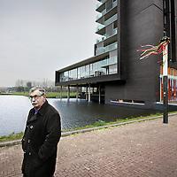 Nederland, Amsterdam , 14 december 2012..Theo Capel bewoont  een appartement in de Miles Building. (zie achtergrond) .Foto:Jean-Pierre Jans