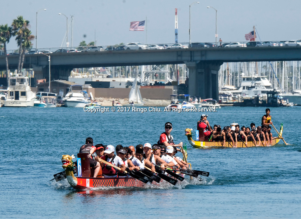 新华社照片,洛杉矶,2017年7月31日<br />     (国际)(3)第二十一届加州长滩龙舟节<br />     7月30日,参赛选手准备竞争。<br />     在美国洛杉矶长滩市海滨体育场举行的第二十一届年度长滩龙舟节,吸引百余队上千选手参赛。长滩龙舟节是加州最大的龙舟比赛,同时也展示了中国古代龙舟赛的运动。<br />     新华社发(赵汉荣摄)<br /> Dragon Boat racers get ready to compete during a 500-meter race at the 21st Annual Long Beach Dragon Boat Festival at Marine Stadium in Long Beach, California, the United States, on July 30, 2017. The Long Beach Dragon Boat Festival is held every year in July at Marine Stadium to hosting the largest dragon boat competitions in California. It showcases the ancient Chinese sport of dragon boat racing. (Xinhua/Zhao Hanrong)(Photo by Ringo Chiu)<br /> <br /> Usage Notes: This content is intended for editorial use only. For other uses, additional clearances may be required.
