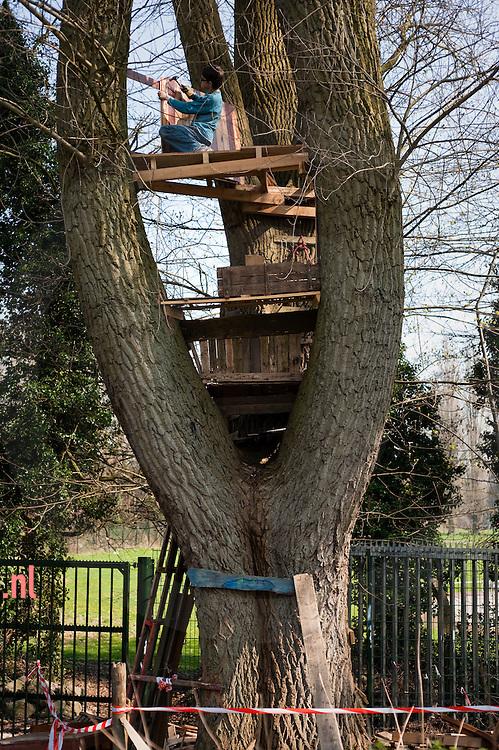 jongen bouwt een boomhut in speeltuin thialf in arnhem