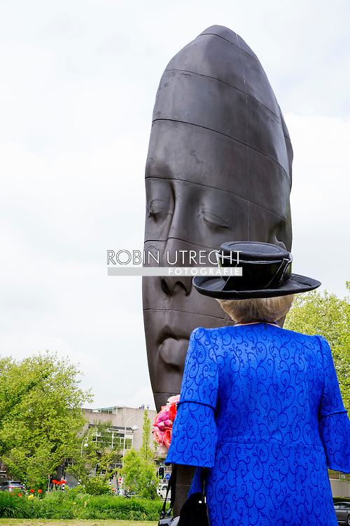 AMSTERDAM - Princess Beatrix of The Netherlands with conservator Rudi Fuchs who didn't want to pose for the picture, opens Art Zuid in Amsterdam, The Netherlands, 22 May 2015. ''Een vertelling in beelden'' (story of statues) at the 22nd international sculpture route ARTZUID 2015 in Amsterdam. 21 international artists show their sculptures over a 2,5 kilometer route. COPYRIGHT ROBIN UTRECHT Prinses Beatrix krijgt een rondleiding van curatoren Rudi Fuchs (R) en Maarten Bertheux (L) bij de internationale sculptuurroute ARTZUID 2015 in Amsterdam-Zuid. Deze tweejaarlijkse openluchttentoonstelling wordt voor de vierde keer gehouden en heeft de titel 'Een vertelling in beelden'.
