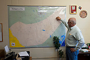 Cuero, Texas. Fracking brought a huge oil boom to Dewitt County in Texas...Der Stadtbeamte Raymie Zella zeigt eine Karte vom Eagle Ford Shale in Texas...© Stefan Falke www.stefanfalke.com.Unterwegs mit Peter Hossli.