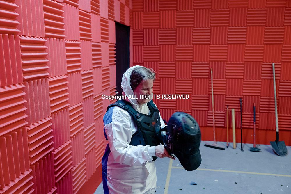 """Lausanne, mai 2018. Rage room à la rue de Genève 77b. La première """"rage room"""" de Suisse à Lausane propose de se défouler en brisant de vieux objets à coups de marteau ou de batte de baseball.  © Olivier Vogelsang"""