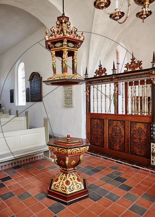 Stenløse Kirke efter restaurering, Nebel & Olesen Arkitekter, nyt gulv i kor, ny alterring,klinkegulv, døbefont, lysekrone