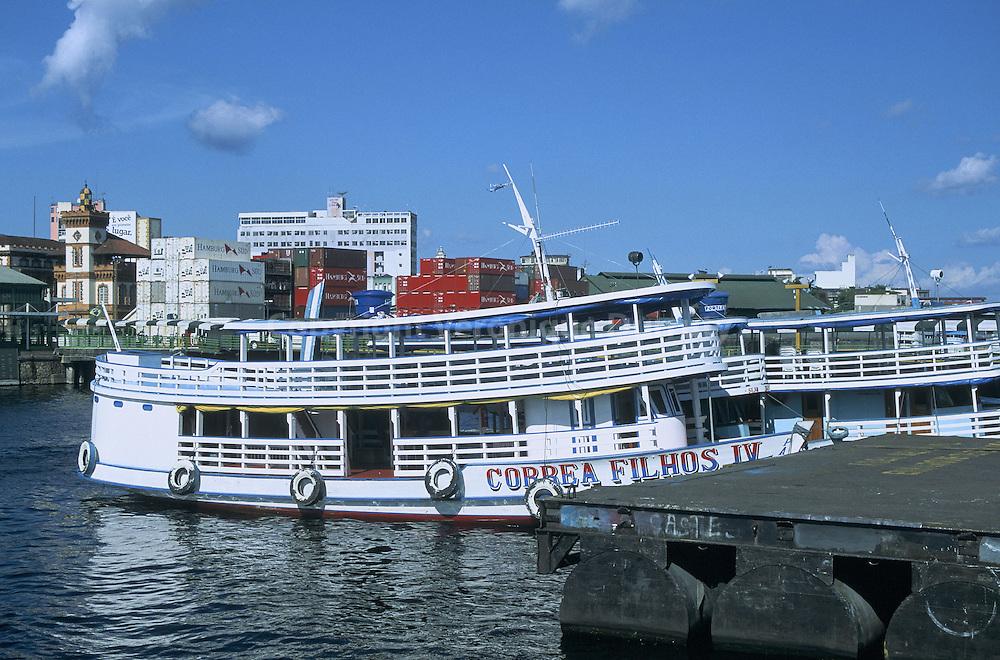 La voir de de communication privilégiée de l'Amazonie est le bateau. Ces dans ce type de bateaux que passagers et marchandises locales remontent et descendant l'Amazonie, jusqu'à la frontière péruvienne. Les 1500 kilomètres de Belem à Manaus sont couverts en une petite semaine...La voir de de communication privilégiée de l'Amazonie est le bateau. Ces dans ce type de bateaux que passagers et marchandises locales remontent et descendant l'Amazonie, jusqu'à la frontière péruvienne. Les 1500 kilomètres de Belem à Manaus sont couverts en une petite semaine.