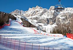 "22.01.2011, Tofana, Cortina d Ampezzo, ITA, FIS World Cup Ski Alpin, Lady, Cortina, Abfahrt, im Bild Feature mit Reiseflugzeug und Condensstreifen Übersich auf ddie Pista Tofana // Overview of the Olympic downhill course ""Tofana"" during FIS Ski Worldcup ladies Downhill at pista Tofana in Cortina d Ampezzo, Italy on 22/1/2011. EXPA Pictures © 2011, PhotoCredit: EXPA/ J. Groder"
