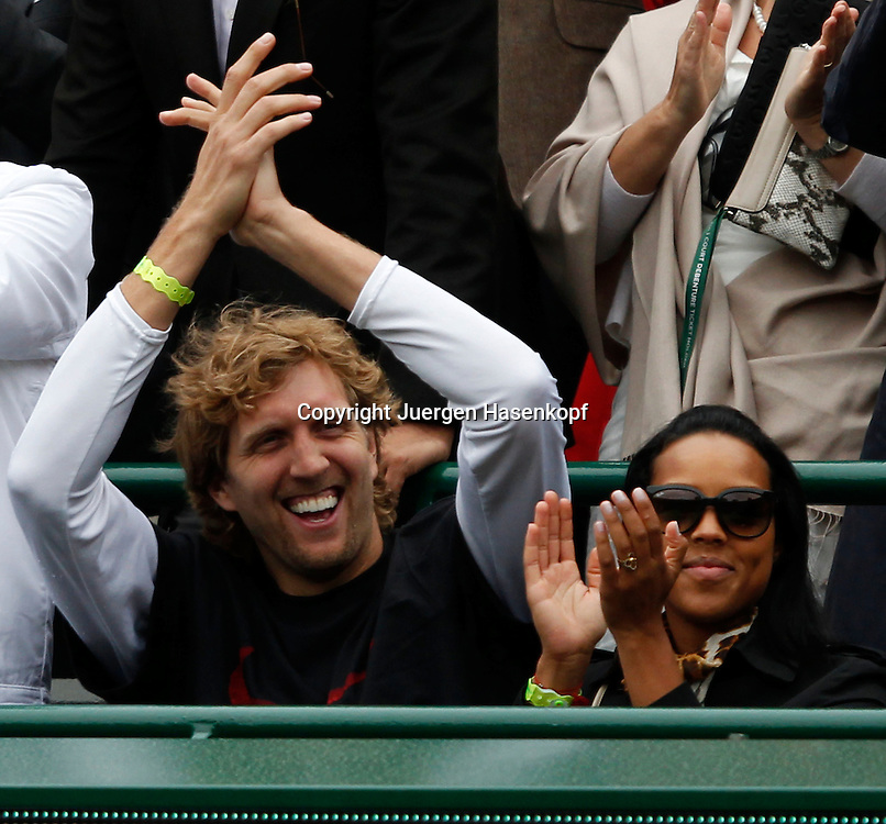 Wimbledon Championships 2012 AELTC,London,.ITF Grand Slam Tennis Tournament, Sabine Lisicki Fan und Basketball Champion Dirk Nowitzki mit Freundin jubeln in der Spielerloge nach dem Sieg von Sabine,Halbkoerper,Hochformat,Freude,Emotion,.