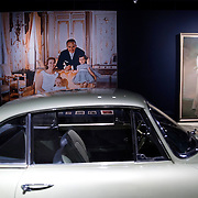 Zijne Hoogheid Prins Albert II van Monaco komt aan op Paleis het Loo met Koning Willem Alexander voor de opening van de tentoonstelling: Grace Kelly<br /> <br /> His Highness Prince Albert II of Monaco arrives Palace Het Loo with King Willem Alexander for the Opening of the exibition Grace Kelly<br /> <br /> Op de foto / On the photo:  Koning Willem Alexander en prins Albert II van Monaco kijken rond op de tentoonstelling / King Willem Alexander and Prince Albert II of Monaco look around the exhibition