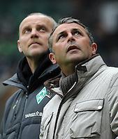 FUSSBALL   1. BUNDESLIGA   SAISON 2010/2010   18. Spieltag SV Werder Bremen - 1899 Hoffenheim                    15.01.2011 Banger Blick nach oben: Trainer Thomas SCHAAF (li) und Manager Klaus ALLOFS (re, beide Bremen)