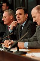 """25.02.1999, Deutschland/Bonn:<br /> Hans-Olaf Henkel, Präsident BDI, Gerhard Schröder, Bundeskanzler, und Klaus Zwickel, Vorsitzender IG Metall, während der Pressekonferenz zum 2. Gespräch """"Bündnis für Arbeit"""", Info-Saal, Bundeskanzleramt, Bonn<br /> IMAGE: 19990225-04/01-35<br /> KEYWORDS: Gerhard Schroeder"""
