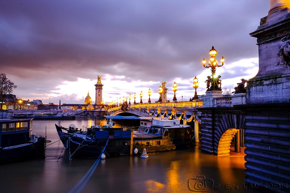 Pont Alexandre III : la Seine déborde. Les quais sont sous eaux.