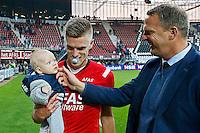 ALKMAAR - 04-10-2015, AZ - FC Twente, AFAS Stadion, 3-1, AZ trainer John van den Brom, AZ speler Markus Henriksen met zijn kindje na afloop.