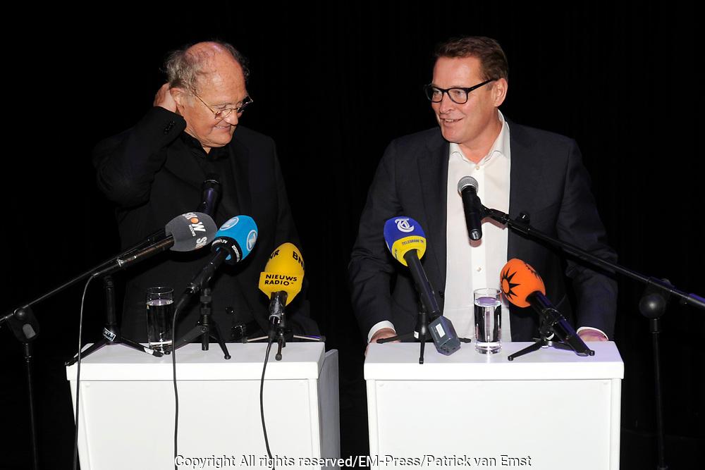 Persconferentie in het kantoor van Stage Entertainment waar wordt aangekondigd dat de theaterbedrijven Van den Ende en Verlinde fuseren. Albert Verlinde wordt per 1 maart 2015 directeur van het nieuwe bedrijf. Het nieuwe bedrijf heet Stage Entertainment Nederland. <br /> <br /> Op de foto:  Joop van den Ende en Albert Verlinde