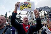 2013/05/23 Roma, il Movimento 5 Stelle chiude la campagna elettorale per le comunali. Nella foto un militante..Rome, M5S (five stars movement) closes his electoral campaign for mayor. In the picture a militant holds a note - © PIERPAOLO SCAVUZZO