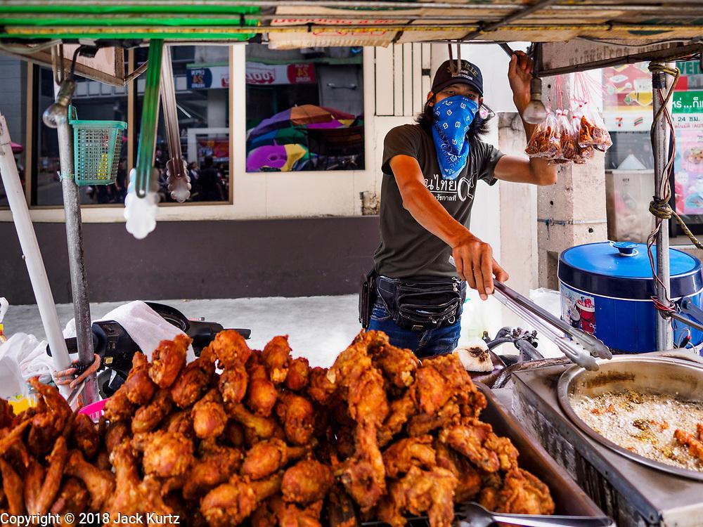 20 SEPTEMBER 2018 - BANGKOK, THAILAND:  Selling fried chicken. Street food venders of Sukhumvit Soi 16 in Bangkok.    PHOTO BY JACK KURTZ