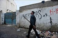 Un habitant armé d'un bâton de bois patrouille à la recherche des pilleurs. // A la suite de nombreux pillages et saccages commis dans le centre ville de Tunis la Police accompagnée des habitants organisés en comité de quartiers chassent les pilleurs, Tunis dimanche 27 février 2011. © Benjamin Girette/IP3 press