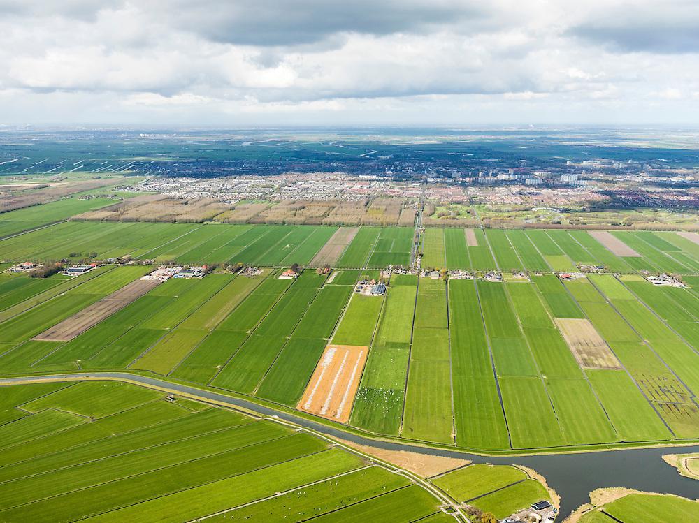 Nederland, Noord-Holland, Gemeente Waterland, 16-04-2012; zicht op polder De Purmer met de Oosterweg (vlnr). Op het tweede plan Purmerend met Purmerbos,  golfterrein en de woonwijken Purmer-Noord, Purmer-Zuid en Wheermolen. Polder De Beemster aan de horizon. Zedde en Zeddegat in de voorgrond..View on the polder the Purmer and the city of Purmerend.  .luchtfoto (toeslag), aerial photo (additional fee required);.copyright foto/photo Siebe Swart