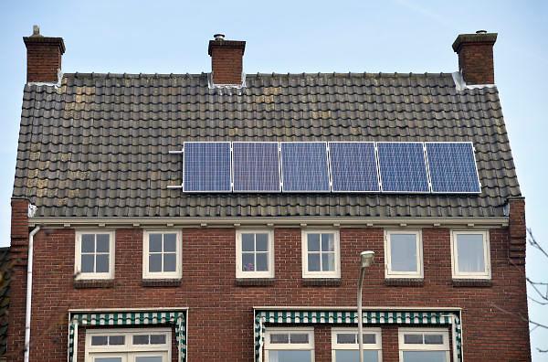 Nederland, Nijmegen, 18-2-2013Een huis, huizen met zonnepanelen op het dak. De elekriciteit die de zonnecellen produceren voorzien in een groot deel van de elektriciteitsbehoefte van de huishoudens.Foto: Flip Franssen