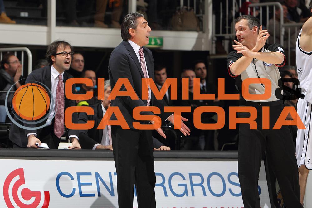 DESCRIZIONE : Bologna Lega A 2011-12 Canadian Solar Virtus Bologna Emporio Armani Milano <br /> GIOCATORE : coach Scariolo Sergio <br /> CATEGORIA : protesta<br /> SQUADRA : Emporio Armani Milano<br /> EVENTO : Campionato Lega A 2011-2012<br /> GARA : Canadian Solar Virtus Bologna Emporio Armani Milano<br /> DATA : 05/02/2012<br /> SPORT : Pallacanestro <br /> AUTORE : Agenzia Ciamillo-Castoria/D.Vigni<br /> Galleria : Lega Basket A 2011-2012 <br /> Fotonotizia : Bologna Lega A 2011-12 Canadian Solar Virtus Bologna Emporio Armani Milano<br /> Predefinita :