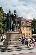 Goethe und Schiller Denkmal auf dem Theaterplatz, Wittumspalais, Weimar, Thüringen, Deutschland   Goethe and Schiller memorial, Wittumspalais, Weimar, Thuringia, Germany