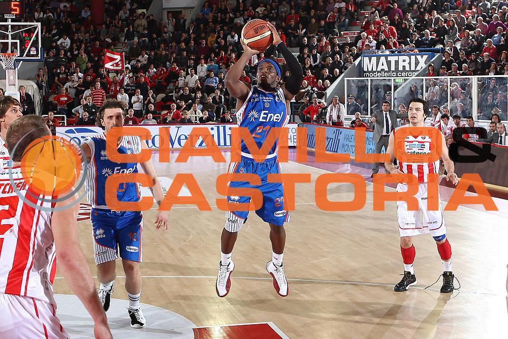 DESCRIZIONE : Teramo Lega A 2010-11 Bancatercas Teramo Enel Brindisi<br /> GIOCATORE : Bobby Dixon<br /> SQUADRA : Enel Brindisi<br /> EVENTO : Campionato Lega A 2010-2011<br /> GARA : Bancatercas Teramo Enel Brindisi<br /> DATA : 28/12/2010<br /> CATEGORIA : tiro<br /> SPORT : Pallacanestro<br /> AUTORE : Agenzia Ciamillo-Castoria/C.De Massis<br /> Galleria : Lega Basket A 2010-2011<br /> Fotonotizia : Teramo Lega A 2010-11 Bancatercas Teramo Enel Brindisi<br /> Predefinita :
