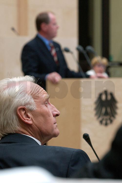 07 NOV 2003, BERLIN/GERMANY:<br /> Edmund Stoiber (vorne), Ministerpraesident Bayern, waehrend der Rede von Peer Steinbrueck (hinten), SPD, Ministerpraesident Nordrhein-Westfalen, zur Bundesratsdebatte zu den Themen Haushaltsbegleitgesetz 2004 und weiteren Steuergesetzen, Plenum, Bundesrat<br /> IMAGE: 20031107-01-071<br /> KEYWORDS: speech, Peer Steinbrück