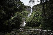 NOUVELLE CALEDONIE, Aout 2013 - Hienghene - Cascade de Tao, au pied du mont Panie, proche du bac de Ouaieme, est une chutte de plus de 100 metres de haut qui se poursuit par une suite de bassins.