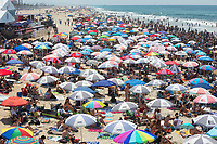 Huntington Beach, CA - August 06: Surfing fans line the beach watching the finals for the Vans US Open of Surfing in Huntington Beach, California on August 6, 2017. (Photo Jim Kruger/Kruger-images.com)