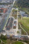 Nederland, Amsterdam, Westerpark, 16-04-2008; de gerenoveerde gebouwen op het terrein van de voormalige Westergasfabriek; het ernstige vervuilde terrein is inmiddels gesaneerd en vormt het nieuwe Westerpark; de voormalige fabrieksgebouwen hebben een culturele bestemming gekregen; direct grenzend aan het terrein de Haarlemmerweg en de Staatsliedenbuurt;onder in beeld het voormalig directiegebouw, nu Stadsdeelkantoor (Stadsdeel Westerpark); boven de Gashouder (landmark); manifestaties, tentoonstelling, expositie, cultuur, industrieel en cultureel erfgoed; milieu, bodemverontreiniging, gif zie ook andere (lucht)foto's van deze lokatie ..luchtfoto (toeslag); aerial photo (additional fee required); .foto Siebe Swart / photo Siebe Swart