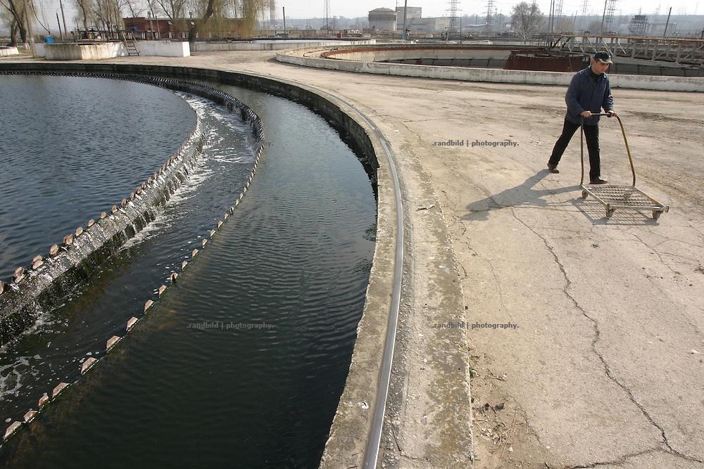 Ein Mitarbeiter geht über das Gelände der maroden Kläranlage von Chisinau, Moldau. / An employee at work in the water purification facility of Chisinau, Moldova.