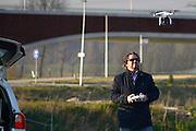 Nederland, Nijmegen, 6-3- 2014Drones, deze drone valt onder de categorie speelgoed, en mag daarom zonder vergunning vliegen. Een onbemand luchtvaartuig Unmanned Aerial Vehicle. HD Video opnames gemaakt met een gopro, go pro camera, een mini videocamera, de drone wordt op afstand bestuurd door een piloot. Dit gebeurd via een joystick en een videobril die via wifi rechtstreeks het beeld aan de fotograaf laat zien.Foto: Flip Franssen/Hollandse Hoogte