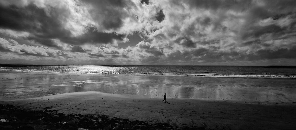 Woman walking on the beach Langisandur in Akranes, Iceland - Kona á gangi í fjöruborði á Langasandi