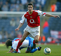 Fotball<br /> Premier League 2004/05<br /> Blackburn v Arsenal<br /> 19. mars 2005<br /> Foto: Digitalsport<br /> NORWAY ONLY<br /> Robin Van Persie of Arsenal sprints clear as Tugay of Blackburn Rovers falls to the ground