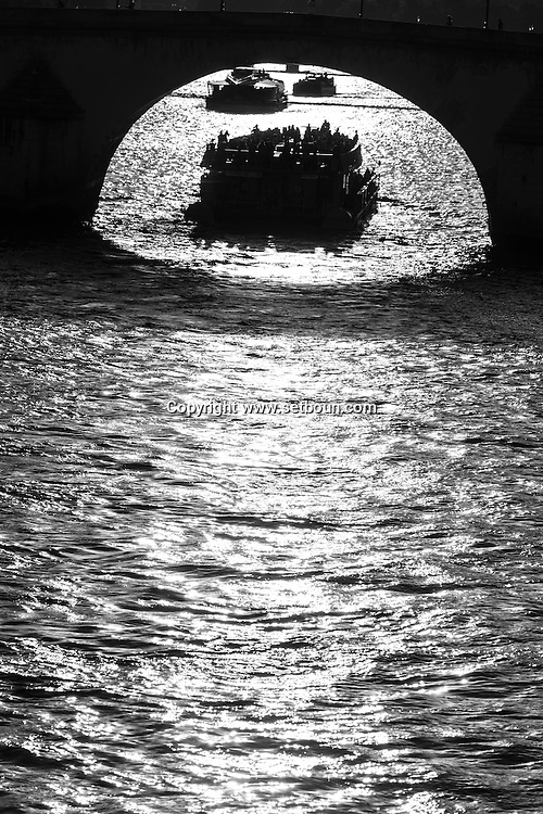France. Paris. Seine river and bridges. / la seine au coucher du soleil