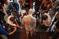 El estadounidense Matt Gone tatuado con casillas de ajedrez que cubren toda la cabeza y partes del cuerpo posa para la prensa durante la expo tattoo venezuela 2013. Caracas, 24 Ene. 2013 (Foto/Ivan Gonzalez)