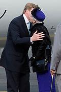 Staatsbezoek Denemarken - Dag 1. Aankomst van het Koninklijk gezelschap op vliegveld Kastrup<br /> <br /> State visit Denmark - Day 1. Arrival of the Royal Family at Kastrup airport<br /> <br /> op de foto / On the photo:  Koning Willem-Alexander wordt welkom geheten door Deense koningin Margrethe / King Willem-Alexander will be welcomed by Danish Queen Margrethe