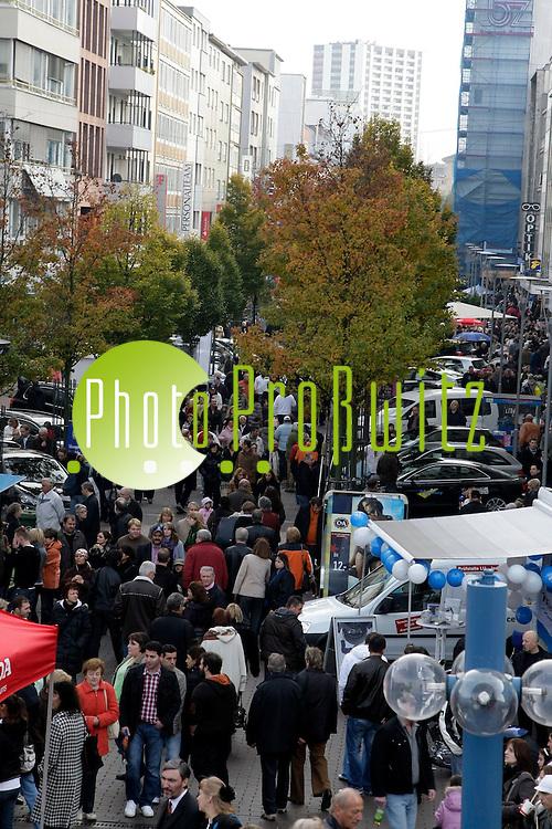 Ludwigshafen. Innenstadt. Fussg&auml;ngerzone. Verkaufsoffener Sonntag und &quot;Herbstzauber&quot; - ein Rummelmarkt auf dem Berliner Platz.<br /> <br /> <br /> Bild: Markus Pro&szlig;witz<br /> <br /> ++++ Archivbilder und weitere Motive finden Sie auch in unserem OnlineArchiv. www.masterpress.org ++++