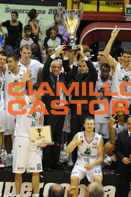 DESCRIZIONE : Forli Supercoppa Lega A 2011-12 Montepaschi Siena Bennet Cantu <br /> GIOCATORE : Team Montepaschi Ferdinando Minucci Simone Pianigiani<br /> CATEGORIA :  Esultanza Premiazione<br /> SQUADRA : Montepaschi Siena Bennet Cantu<br /> EVENTO : Campionato Lega A 2011-2012<br /> GARA : Montepaschi Siena Bennet Cantu<br /> DATA : 01/10/2011<br /> SPORT : Pallacanestro<br /> AUTORE : Agenzia Ciamillo-Castoria/GiulioCiamillo<br /> Galleria : Lega Basket A 2011-2012<br /> Fotonotizia :  Forli Supercoppa Lega A 2011-12 Montepaschi Siena Bennet Cantu <br /> Predefinita :