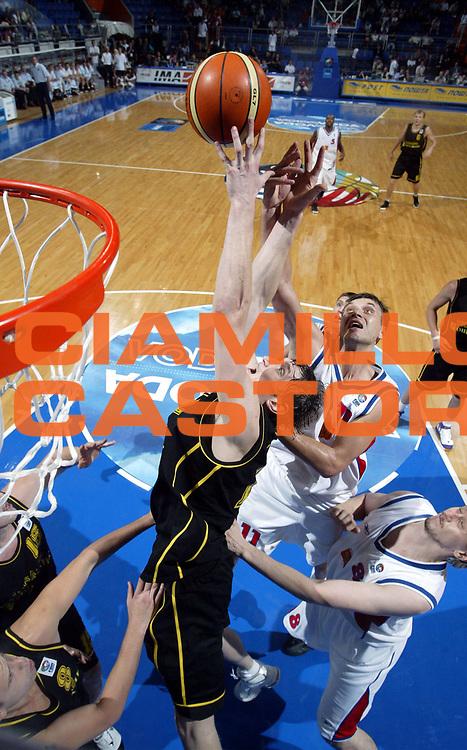 DESCRIZIONE : Vrsac Eurobasket Men 2005 Russia-Ucraina<br /> GIOCATORE : Lishchuk Pashutin<br /> SQUADRA : Ucraina Ukraine Russia<br /> EVENTO : Eurobasket Men 2005 Campionati Europei Uomini 2005<br /> GARA : Russia Ucraina Russia Ukraine<br /> DATA : 16/09/2005<br /> CATEGORIA :<br /> SPORT : Pallacanestro<br /> AUTORE : Ciamillo&amp;Castoria/Fiba Europe Pool