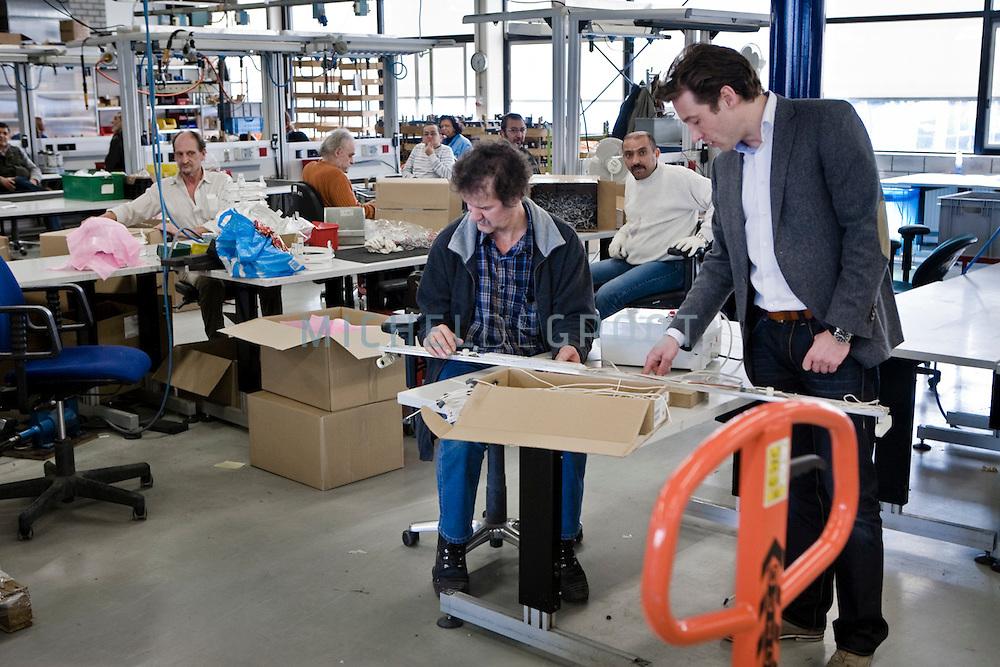 Renzo Deurloo, directeur van Green-Fox in de sociale werkplaats van Pantar waar Green-Fox de ombouw van hun energiezuinige TL-verlichting armaturen laat doen.