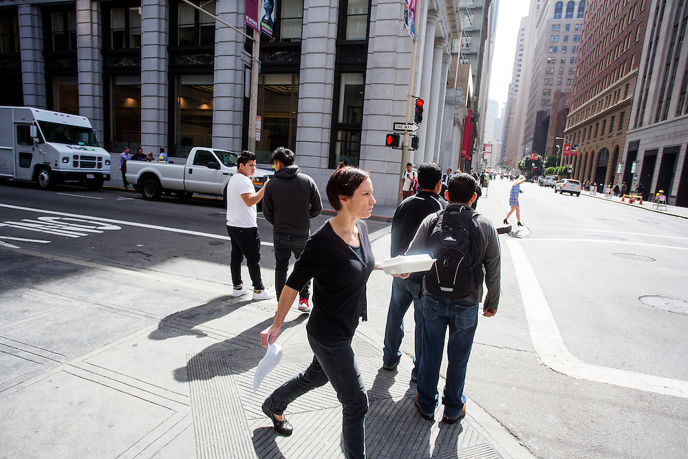 Werknemers lopen met lunchdozen in de Financial District in San Francisco waar veel hoofdkantoren van banken en grote ondernemingen zijn gevestigd. De Amerikaanse stad San Francisco aan de westkust is een van de grootste steden in Amerika en kenmerkt zich door de steile heuvels in de stad.<br /> <br /> Employees walk with lunch boxes at the Financial District of San Francisco where headquarters of banks and financial companies are located. The US city of San Francisco on the west coast is one of the largest cities in America and is characterized by the steep hills in the city.