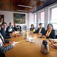 Nederland, Amsterdam , 15 mei 2014.<br /> In de oude wethouderskamer van Eric Wiebes hebben de fractievoorzitters van de acht partijen in Amsterdam zich verzameld voor een crisisoverleg.<br /> Woensdag lieten de PvdA en de SP weten weinig vertrouwen te hebben in een coalitie van D66, VVD, PvdA en SP. Dit was juist wat informateur Thom de Graaff dinsdag adviseerde. Hij stopte gisteren als informateur. De schuld van het mislukken van de formatie legt De Graaf bij 'alle partijen' die 'zo lang draaien'.<br /> (VLNR) Laurens Ivens (SP), Johnas van Lammeren (PvdD) Eric van der Burg (VVD), Rutger Groot Wassink (GroenLinks), Wil van Soest (Partij van de Ouderen), Jan Paternotte (D66), Marijke Shahsavari-Jansen (CDA) en Marjolein Moorman (PvdA<br /> <br /> Op de foto: SP lijsttrekker Laurens Ivens maakt voor aanvang van het overleg een grapje om de sfeer er goed in te houden.<br /> <br /> <br /> Foto:Jean-Pierre Jans