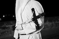 Reportage sulla processione del venerdi santo a Gallipoli...un confratello, in processione, porta la croce.