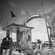 des rebelles surveillent une entrée de la ville d'Aj Dabiya, le 30 mars 2011.