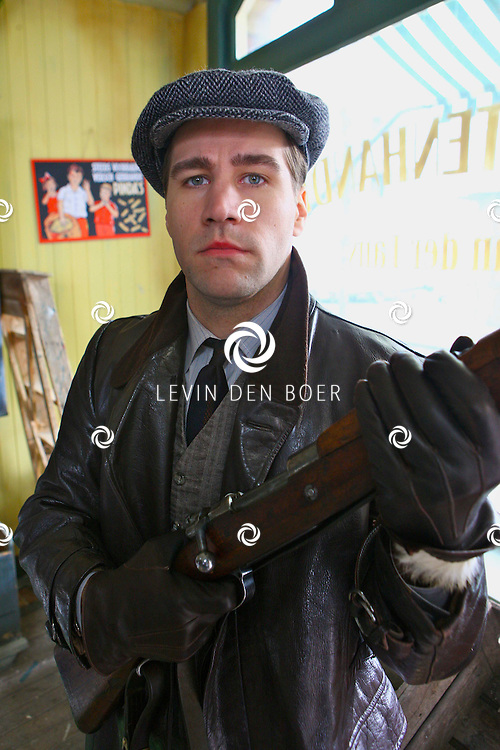 DEN HAAG - In de oude straten van Den Haag zijn ze een nieuwe film aan het opnemen genaamd Sonny Boy naar het boek van Annejet van der Zijl. Met op de foto Dave Mantel. FOTO LEVIN DEN BOER / PERSFOTO.NU