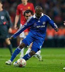 MOSCOW, RUSSIA - Wednesday, May 21, 2008: Chelsea's Claude Makelele in action against Manchester Unitedduring the UEFA Champions League Final at the Luzhniki Stadium. (Photo by David Rawcliffe/Propaganda)